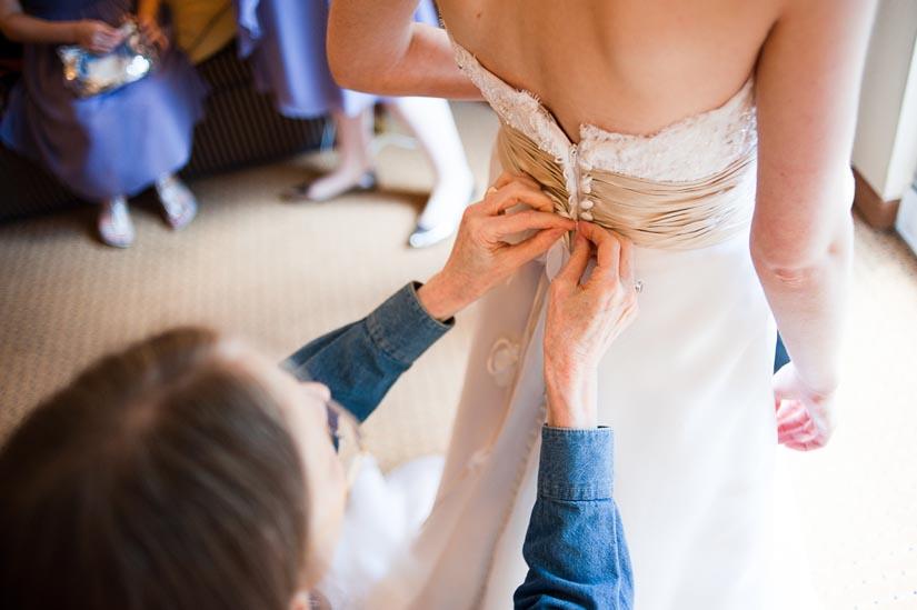mom tying her daughter